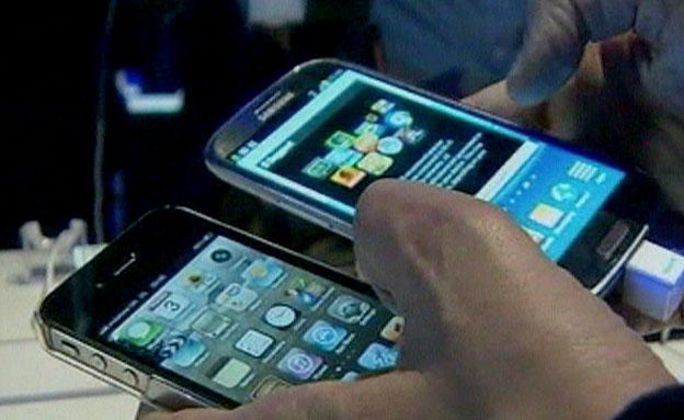 עשרות תביעות הדדיות. מכשירי אייפון וגלקסי (צילום: חדשות 2)