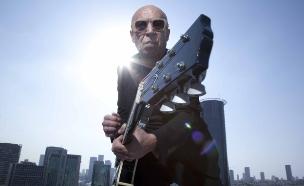 רמי פורטיס עם גיטרה (צילום: טוני ווקה)
