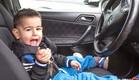 ילד בן שנתיים נוהג