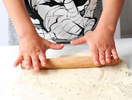 עוגיות גבינת עזים מלוחות - מרדדים את הבצק