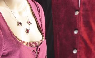 אישה עונדת שרשרת עם אבן אודם (צילום: thinkstock ,thinkstock)