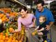 משפחה קונה פירות(istockphoto)