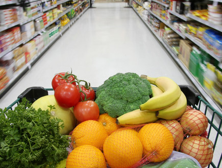 עגלת ירקות ופירות בסופר (צילום: istockphoto ,istockphoto)