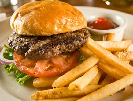 המבורגר וצ'יפס (צילום: istockphoto)