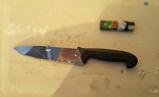הסכין שנתפסה על החשוד (צילום: חטיבת דובר המשטרה אילת)