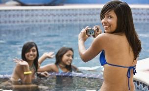 נערות מצטלמות בבריכה (צילום: istockphoto ,istockphoto)