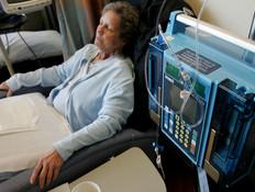 חולת סרטן מקבלת טיפול (צילום: אימג