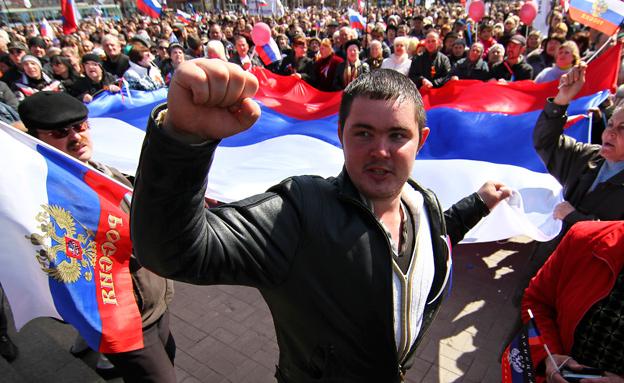 עוברים לדיפלומטיה? מפגינים פרו-רוסים בדונייצק (צילום: רויטרס)