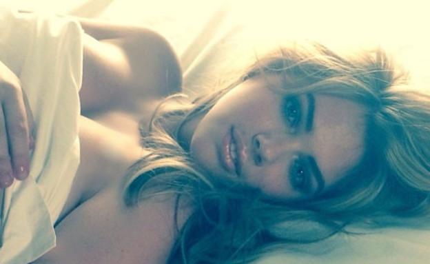 קייט אפטון במיטה