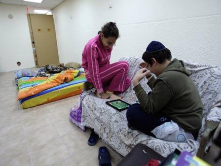 שוב: תושבי שדרות במקלטים (צילום: רויטרס)