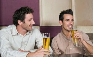גברים בפאב (צילום: אימג'בנק / Thinkstock)