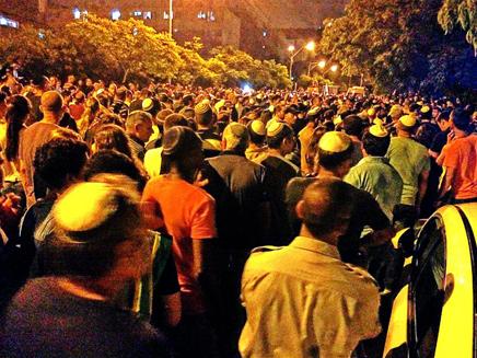 20 אלף הגיעו להלוויה, הלילה