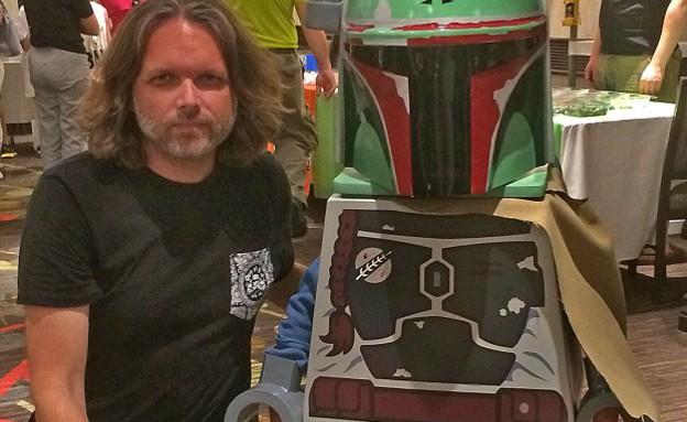 תחפושת איש לגו ממלחמת הכוכבים (צילום: Mailonline  ,צילום מסך)
