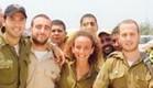 יובל דיין עם חיילים (צילום: באדיבות עופר מנחם תקשורת ויחסי ציבור ,יחצ)
