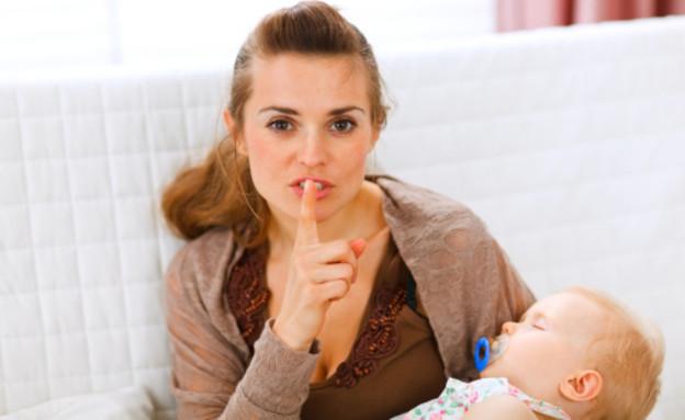 אמא מחזיקה תינוק מבקשת שקט (צילום: אימג'בנק / Thinkstock)