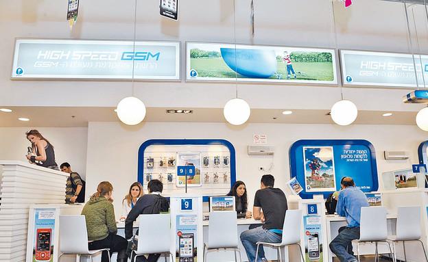 מרכז שירות לקוחות פלאפון (צילום: דניאל בר און)