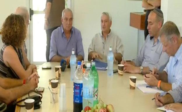 אהרונוביץ' והתושבים (צילום: חדשות 2)