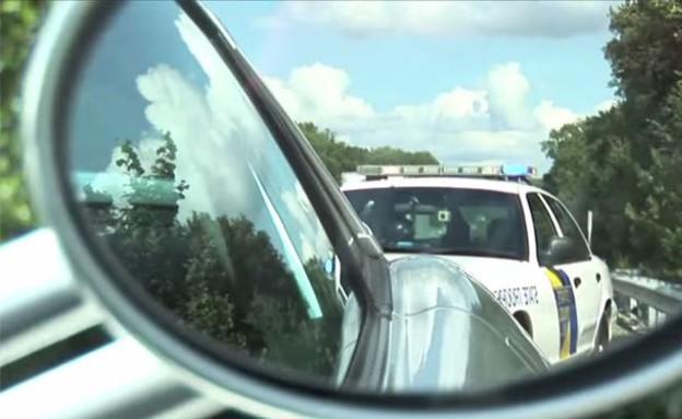 ניידת משטרה במראה