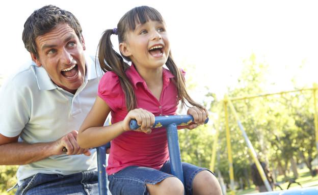 אבא משחק עם בתו בגן שעשועים (צילום: אימג'בנק / Thinkstock)