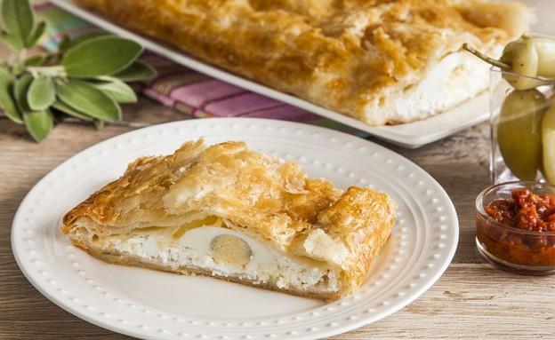 מאפה בצק עלים עם גבינות וביצים קשות (צילום: אסף אמברם ,אוכל טוב)