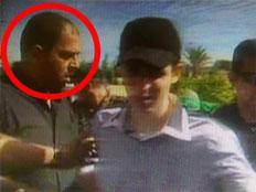 ראאד אל-עטאר עם גלעד שליט ביום שחרורו (צילום: הטלויזיה המיצרית)