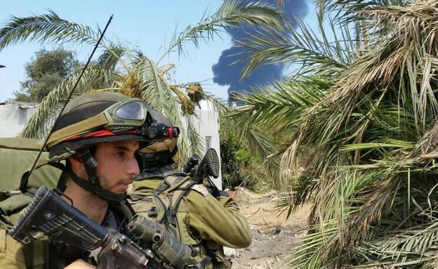 """חילוץ תחת אש בצוק איתן (צילום: יונתן כרמל, """"עיתון במחנה"""" ,עיתון """"במחנה"""")"""