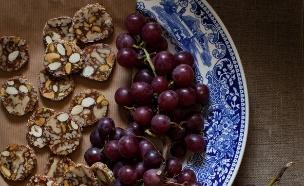ממתק תמרים, פיצוחים ודבש ללא גלוטן, מיקי שמו (צילום: דניאל לילה ,אוצר העוגיות של מיקי שמו, על השולחן)