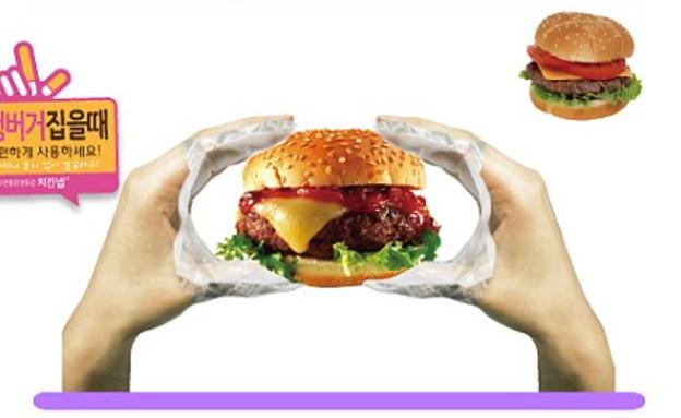 ככה אוכלים המבורגר (צילום: צילום מסך מהאתר www.dailymail.co.uk)