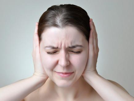 אישה סובלת מרעש (צילום: thinkstock)