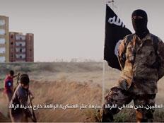 """החיילים כורים את קברם. מתוך הסרטון שהפיץ דאע""""ש"""