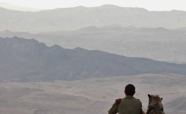 חייל וכלב במכתש רמון (צילום: תיקי עוזר)