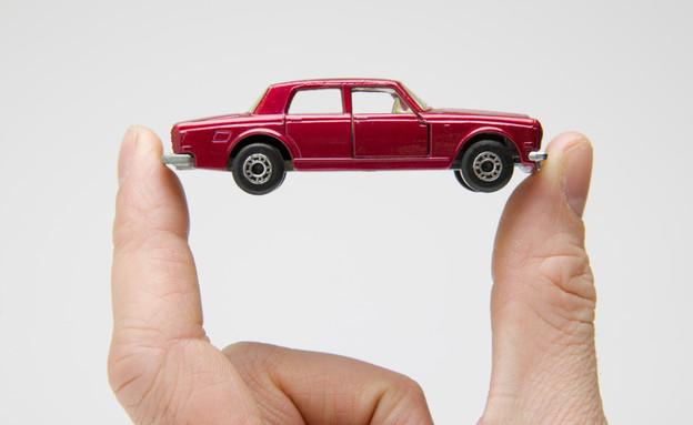 ידיים מחזיקות מכונית קטנה (צילום: אימג'בנק / Thinkstock)