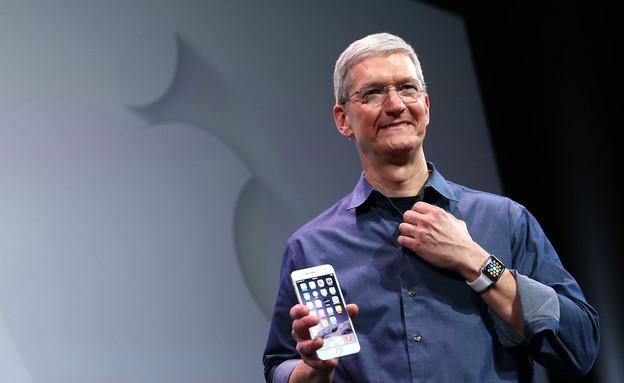 מנכ''ל אפל טים קוק ואייפון 6 (צילום: אימג'בנק/GettyImages ,getty images)