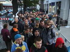 תור לחנות של אפל בברלין ביום הראשון למכירת אייפון6 (צילום: getty images ,getty images)