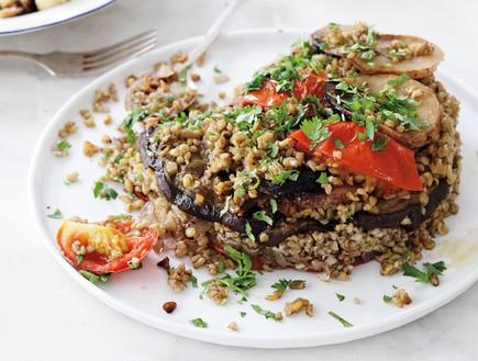 מקלובה פריקה עם חצילים ועגבניות. גם חובבי בשר יהנו (צילום: דניה ויינר ,על השולחן)