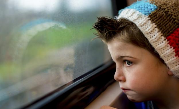 ילד בוהה בחלון (צילום: אימג'בנק / Thinkstock)
