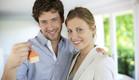 גבר ואישה מחזיקים מפתח לבית (צילום: אימג'בנק / Thinkstock)