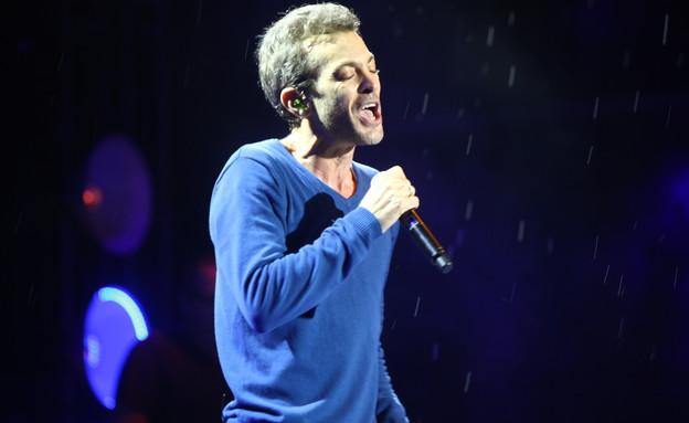 מוקי בהופעה בגשם (צילום: ענבל צח)