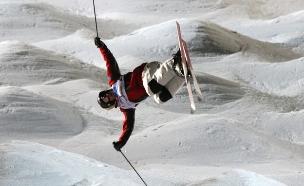 גולש על רקע הררי שלג (צילום: אימג'בנק/GettyImages ,getty images)