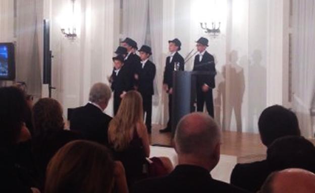 הילדים במהלך ההופעה השנויה במחלוקת (צילום: אתר להקת קינדרלעך)