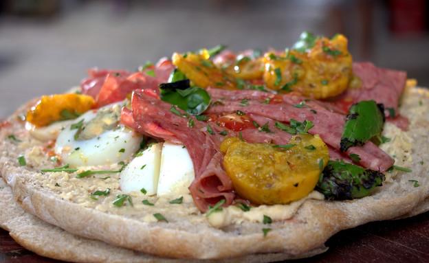 כריך חומוס עם סלמי, ביצה ופטרוזיליה  (צילום: אפיק גבאי ,לאפות, לבשל, לאהוב)