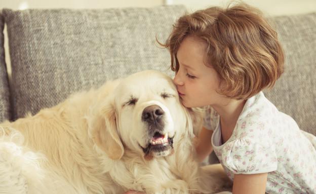 ילדה מנשקת כלב (אילוסטרציה: thinkstock ,thinkstock)