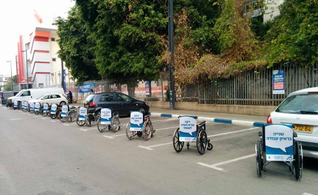 כסאות במקום מכוניות סמוך לסינמטק, היום (צילום: נגישות ישראל)
