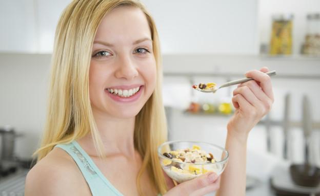 אישה אוכלת גרנולה (אילוסטרציה: thinkstock ,thinkstock)