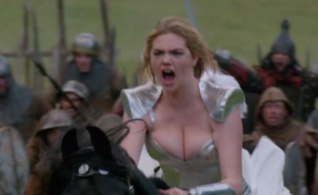 קייט אפטון מנסה לשחק (צילום: צילום מסך מתוך youtube)