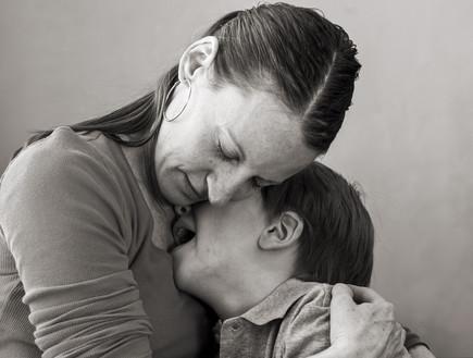 אמא מחבקת ילד בוכה (צילום: thinkstock)
