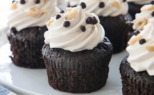 קאפקייקס שוקולד, אגוזי לוז ונוגט (צילום: נמרוד סונדרס ,אוכל טוב)