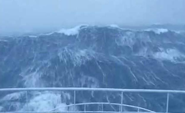 צוחק על גלים (צילום: צילום מסך מתוך youtube)