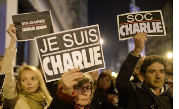 הפגנת סולידריות בברצלונה בעקבות הטבח בעיתון שרלי הבדו בפריז (צילום: ap ,ap)