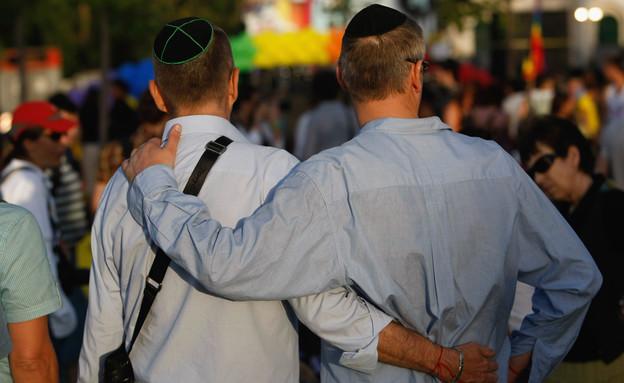 הומואים דתיים מתחבקים (צילום: getty images)